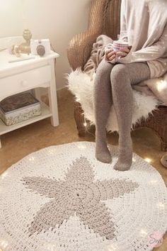 Rug with a star pattern. Page is in Spanish, but she provides a diagram, lots of photos, and you can always right click in Chrome to let Google more or less translate the text..