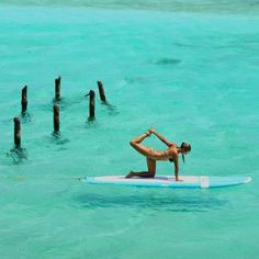 Yoga on a surfboard. An unusual place to do yoga. Paddle Board Yoga, Standup Paddle Board, Beach Yoga, Beach Bum, Yoga Fitness, Sup Stand Up Paddle, Sup Yoga, Yoga Moves, Poses