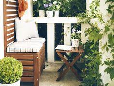 Beautiful small balcony idea. Balkon gestalten, Balkonmöbel, Ikea, Äpplarö, Banktruhe