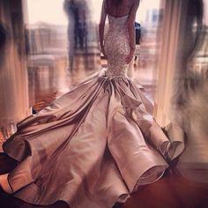"""What an Amazing Train | @closhboutique @emelerdemanar #brides_style #weddinginspiration"""