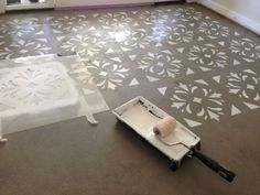 Potete optare per un motivo floreale come questo per decorare il pavimento con gli stencil