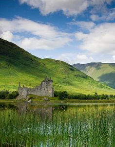 Gorgeous castle in Scotland. Castle Pictures, Cool Pictures, Oh The Places You'll Go, Places To Travel, Scotland Places To Visit, Wonderful Places, Beautiful Places, Scottish Castles, Medieval Castle