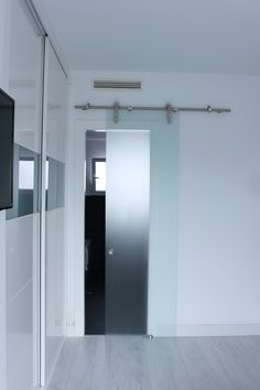 Reforma integral ático Madrid por IVM Estudio Madrid, Bathtub, Santa, Mirror, Bathroom, Furniture, Home Decor, Minimalist, Studio