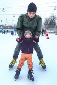 Schlittschuhlaufen mit den Kindern. Papa und Tochter noch etwas wacklig auf der glatten Eislaufbahn. Skiing, Bomber Jacket, Jackets, Fashion, Daughter, Children, Ski, Down Jackets, Moda