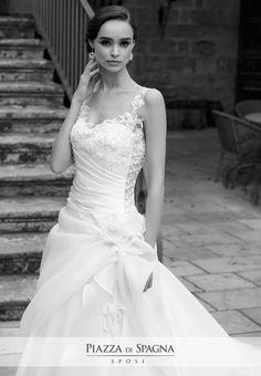 Tradizione e modernità convivono ed esaltano il fascino degli abiti da #sposa #NadiaOrlando. Scopri l'intera meravigliosa collezione 2017 su http://www.piazzadispagnasposi.it/collezioni/sposa/nadia-orlando-2017/