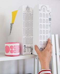 Порой нужно уделять немного своего времени чтобы навести порядок на своем рабочем месте. И конечно, как творческие натуры, мы должны сделать это красиво   Так вот вам одна идея для красивой организации бумаг или журналов.  Здесь автор использует простейшие коробки из Икеи и рисованные домики Амстердама.  Можно еще и пофантазировать, и придумать другие картинки для оформления.