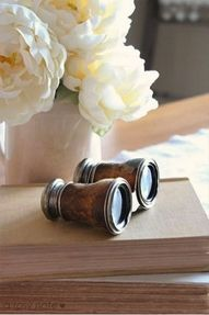 white flowers, books and binoculars Vintage Love, Vintage Books, Vintage Binoculars, Vibeke Design, British Colonial Style, Town And Country, White Flowers, White Roses, White Peonies