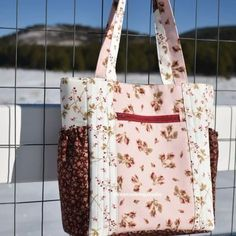 This tote bag comes with a zippered pocket divider, two side gathered pockets, a front external zippered pocket and many more! This tote bag comes with a zippered pocket divider, two side gathered pockets, a front external zippered pocket and many more! Sacs Tote Bags, Diy Tote Bag, Diy Purse, Zippered Tote Bag, Sew A Bag, Bags To Sew, Pouch Bag, Zipper Bags, Tote Purse