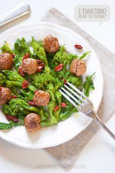 Un secondo piatto a base di bacche di Goji, con cime di rapa e polpette di pollo. Irresistibile, equilibrato e sano.