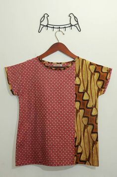 Not so much the shirt but the little hanger thingy tho. Blouse Batik, Batik Dress, Sewing Clothes, Diy Clothes, Amarillis, Batik Kebaya, Batik Fashion, How To Make Clothes, Pulls