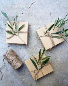 Envolver regalos con ramitas de olivo y cuerda