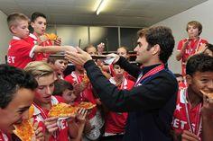 Federer festeja título sobre Nadal comendo pizza com boleiros