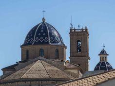 """#Altea es coronada por las dos azulísimas cúpulas cerámicas de la iglesia de Nuestra Señora del Consuelo,  los locales la conocen como """"la iglesia de arriba"""". ¿Quieres saber si se podría ver desde tu #casa aquí? Pincha sobre la imagen y saldrás de dudas."""