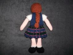 Reverse view of the puppet, the hair and plait are knit in cable .....