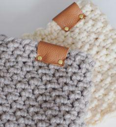 Ik heb een hele leuke col sjaal gemaakt met een super leuk steekje :) Deze sjaal maak je met 1 bol garen en het is een heerlijk snel project. De gerstekorrel ken je waarschijnlijk al, maar dan in de gebreide variant. Je kunt de gerstekorrel ook haken en wat zo ontzettend leuk is aan deze steek is dat hij aan beide kanten heel mooi en verschillend uitpakt. Zo kun je de col dus ook aan twee kanten dragen! Hoe leuk is dat, ijk snel verder voor het patroon... Crochet Wool, Crochet Scarves, Crochet Shawl, Diy Crochet, Crochet Clothes, Crochet Stitches, Crochet Baby, Baby Scarf, Crochet Amigurumi Free Patterns