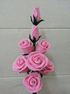 Gorgeous crochet roses: diagram - The Crocheting Place Gorgeous crochet roses - would love to make any of these but no patterns written in English - diagrams provided but unable to read Rosas a crochet rose, crochet, can be a nice d This post was dis Roses Au Crochet, Crochet Flower Patterns, Love Crochet, Crochet Gifts, Crochet Motif, Beautiful Crochet, Crochet Flowers, Crochet Stitches, Crochet Daisy