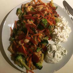 Endelig aftensmad efter en god omgang træning. Broccoli, champignon, kål, gulerod, kylling, hytteost og tzatziki ! 💪🏻 Jeg har toppet med chili sauce fra @easis_udentilsatsukker ! I alt 319 kalorier! #dinnertime #food #dinnerforone #aftensmad #aftensmadforen #sund #sundhed #sundmad #sundtliv #vægttab myfood fitfamdk