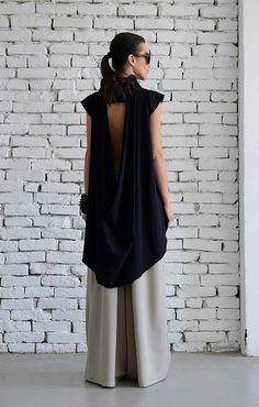 Black Asymmetric Casual Top Black is always in style and this beautiful oversize tunic proves it once again! The front part has a large urban style collar…