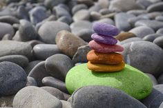 Start your meditation practice thanks to these 10 easy steps on how to meditate for beginners. Overcome anxiety, relieve stress and improve your health and overall happiness thanks to this step-by-step meditation plan. Free Meditation, Meditation Benefits, Meditation Music, Meditation Retreat, Reiki Benefits, Mindfulness Benefits, Grounding Meditation, Meditation Stones, Mindfulness Practice
