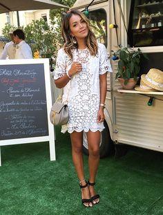 La mini robe un brin ample en dentelle blanche, un must have indispensable ! (instagram Julie Sarinana)