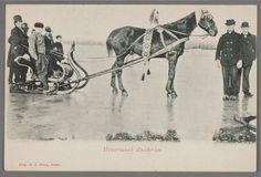 IJsvermaak Zuiderzee, 1895-1910. Arreslede met paard op het ijs. Een groepje mannen in Marker dracht poseert erbij. Het paard heeft een bellentuig om. #NoordHolland #Marken