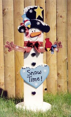 Newest Pic Wooden snowmen yard art Tips The winter season mens in kids play house occasions that may be hallmarked by means of numerous fros Christmas Yard, Christmas Snowman, Christmas Projects, Winter Christmas, Christmas Ornaments, Snowman Crafts, Holiday Crafts, Holiday Fun, Wooden Crafts
