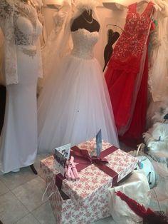 Unsere Brautkleidbox RED VINTAGE FLOWERS finden Sie ausgestellt bei Wedding Salon Raffaelo in Fürth. www.boxboutique.de #Brautkleidbox #BoxBoutique #WeddingDressBox