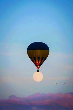 A beautiful image of a hot air balloon floating over a full moon. The air balloon on top of the moon seems as if it's carrying the moon to take off! An interesting illusion with the aesthetics used! Excited Pictures, Cool Pictures, Random Pictures, Air Balloon Rides, Hot Air Balloon, Moon Balloon, Air Ballon, Stars Night, You Are My Moon