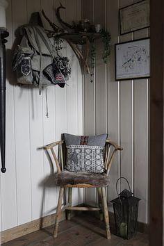 Hytteinteriør, fargen Sand og Sjøsaand, Redesign og Gjenbruk Magazine Rack, Cabinet, Storage, Mountain, Furniture, Home Decor, Clothes Stand, Purse Storage, Decoration Home
