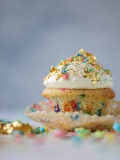 lucky charms cupcakes // cereal milk confetti cupcakes