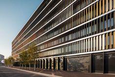 Sonnenschutzsystem: Farbige Glaslamellen an SBB in Bern