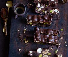 Zartbitterschokolade vereint mit Marshmallows, Karamellbonbons, Erdnüssen und Pistazien.