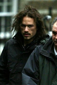 Heath Ledger last photo in character as character Tony in the film The Imaginarium of Dr Parnassus. Heath Legder, Heath Ledger Joker, Heath Ledger Died, Beautiful Men, Beautiful People, Jon Snow, Movie Stars, Famous People, How To Look Better