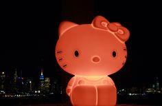 Kitty White kijkt uit over de skyline van New York