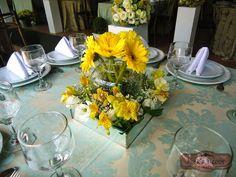 Arranjo da mesa dos convidados com caixa de espelho