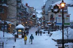 Vista parcial de Mont Tremblant, Canadá, Quebec. Mont Tremblant está ubicado a 180 kilómetros de Montreal. Con sus 95 pistas y 14 remolques, su parque nacional, con rutas para esquí de fondo y su lago, es una de las estaciones más queridas de la costa este canadiense. Pertenece a las montañas Laurentian, una de las cadenas más antiguas de la Tierra, que al sur se conecta con las Adirondack del estado de Nueva York.