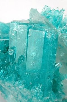 Turquoise - Emerald gem crystals on Quartz matrix / Brumado, Bahia, Brazil Minerals And Gemstones, Rocks And Minerals, Pierre Turquoise, Tiffany Blue, Beautiful Rocks, Mineral Stone, Rocks And Gems, Stones And Crystals, Gem Stones