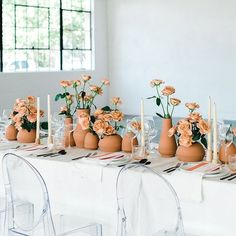 This striking simple tablescape is just BEGGI. This striking simple tablescape is just BEGGING to be recreated. 💫 Save this post unde. Floral Centerpieces, Wedding Centerpieces, Wedding Table, Green Wedding Decorations, Wedding Backyard, Centerpiece Ideas, Wedding Receptions, Gold Wedding, Modern Minimalist Wedding