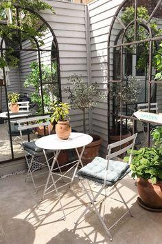 courtyard garden How to style smal - garten Small Courtyard Gardens, Small Courtyards, Small Gardens, Outdoor Gardens, Indoor Outdoor, Indoor Courtyard, Patio Courtyard Ideas, Small Outdoor Patios, Small Backyard Gardens