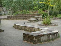 Amfitheater gebouwd met ouders op het schoolplein van GBS De Bron Barneveld. De gebruikte tegels komen uit het plein dat omgevormd is tot een natuurlijk speellandschap. Ontwerp en aanleg Buro Buiten Ruimte met Paul Paardekooper en Wim Vroege.