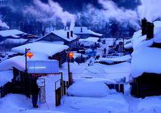 中國雪鄉 - 牡丹江市 雙峰林場 位於黑龍江省張廣財嶺的東南坡,每年十月瑞雪飄飄,積雪厚度可達2米深。皚皚積雪疊在百餘戶民居上,如相連的『雪屋』,積雪可達1米厚,仿佛天上朵朵白雲飄落;雪鄉的夜景尤為美麗,淳樸的雪鄉人在自家掛起大紅燈籠,宛如童話。