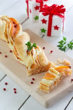 Braid puff pastry with salmon - CuciniAmo con Chicca Fish Recipes, Sweet Recipes, Friend Recipe, Finger Food Appetizers, Foods To Eat, Soul Food, Italian Recipes, Holiday Recipes, Food And Drink