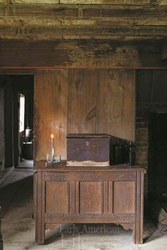 William Haskell House, a First Period Colonial American house in Gloucester, Massachusetts, the Parlor. Primitive Living Room, Primitive Homes, Primitive Furniture, Primitive Country, Country Furniture, Antique Furniture, Cottage Interiors, Rustic Interiors, New England Homes