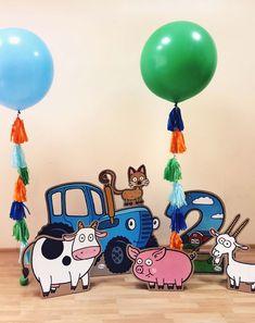 Большие воздушные шарики с тассел гирляндами и картонная фотозона Синий трактор