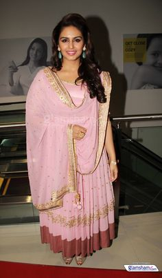 Huma Qureshi - love the subtle and classy pale pink churidaar kurta. House Relocation, Relocation Services, Sonakshi Sinha Saree, Huma Qureshi, Packing To Move, Fashion Week, Fashion Trends, Women's Fashion, Packers And Movers