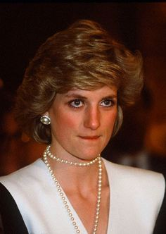 May Princess Diana at Osaka International Airport in Toyonaka, Osaka, departing Japan after the end of her first royal trip to the empire. Princess Diana Fashion, Princess Diana Family, Princess Diana Pictures, Real Princess, Princess Of Wales, Lady Diana Spencer, Princesa Diana, Kate Middleton, Prinz William
