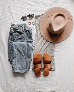 OUTFIT  Simple et efficace pour un début de semaine! Le soleil sort enfin son nez ce soir et cet fois il reste normalement !! Jen pouvais plus de ce gris! Et vous il fait comment chez vous!? _______________ #outfitidea #dailyoutfit #mondayoutfit #ootd #prettylittleiiinspo #fashionflatlay