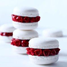 White and Rose Macaroons Cute Food, Yummy Food, Fun Desserts, Dessert Recipes, Elegant Desserts, Recipes Dinner, Macaron Cookies, Macaroon Recipes, Pastry Art