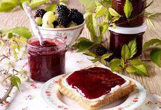 Beeren sind eine der besonderen Köstlichkeiten, die der Sommer für uns bereithält. Zubereitet als köstliche Konfitüre kannst Du den Sommer im Glas festhalten und das ganze Jahr über genießen. Dr. Oetker zeigt Dir, wie Du ganz einfach eine leckere Brombeer-Stachelbeer-Konfitüre zubereitest.