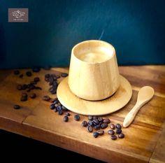 Cette graine originaire d'Éthiopie se fait remarquer par un berger Yémeneen qui s'appelait « Karani »; Il se rendit compte de l'effet qu'elle eut sur ses chèvres après qu'elles aient mangé les baies du caféier, il décida d'en goûter mais son goût amer l'amènera à les jeter sur son feu, et de là, intrigué par le parfum du café qui se répandit très vite, il la goutera ainsi torréfiée, et rencontra la sensation énergisante de cette perle noire, il la nommera « Keyf » cliquez pour lire la suite… Pause Café, Elegant Homes, Home Deco, Dog Bowls, Berries, Fire, Fragrance, Home_decor